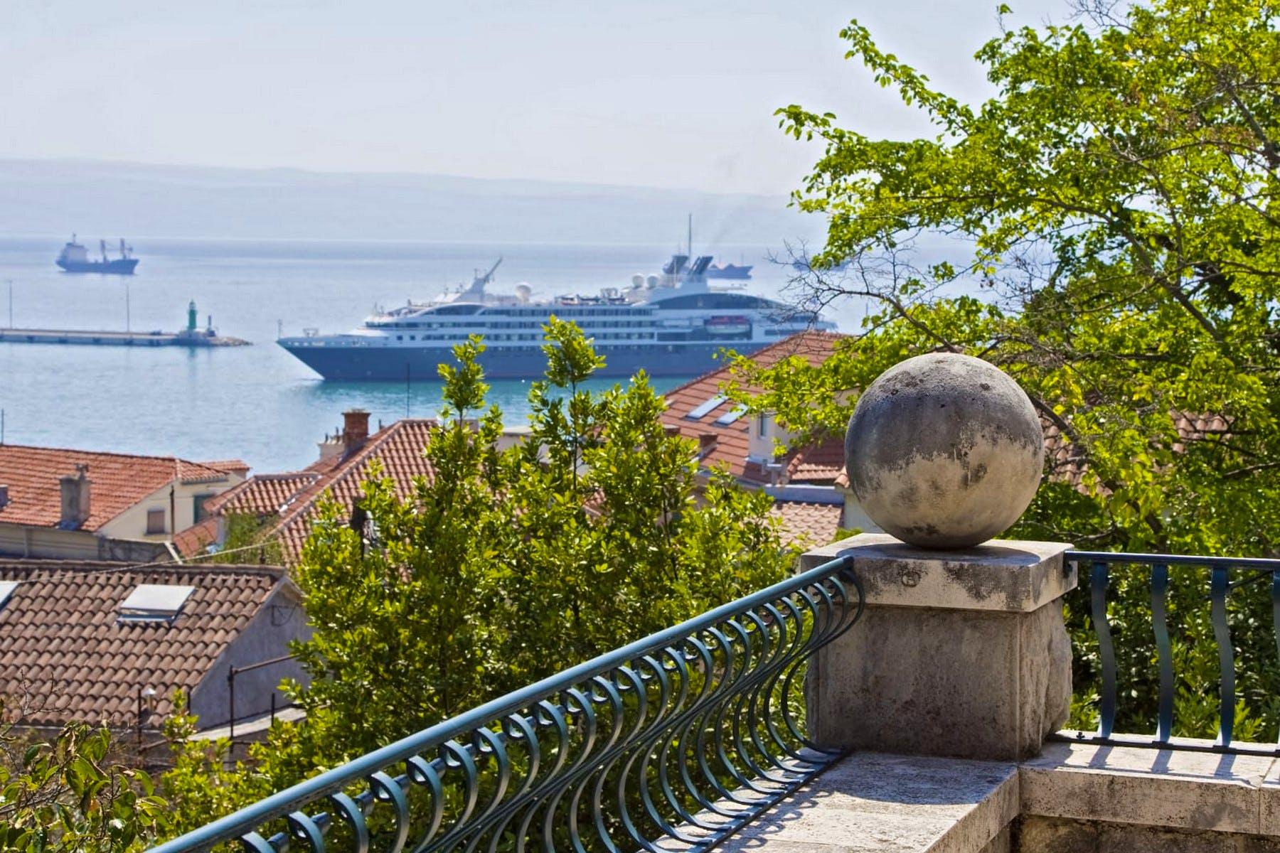 otvoreni pogled na more iz kamene vile
