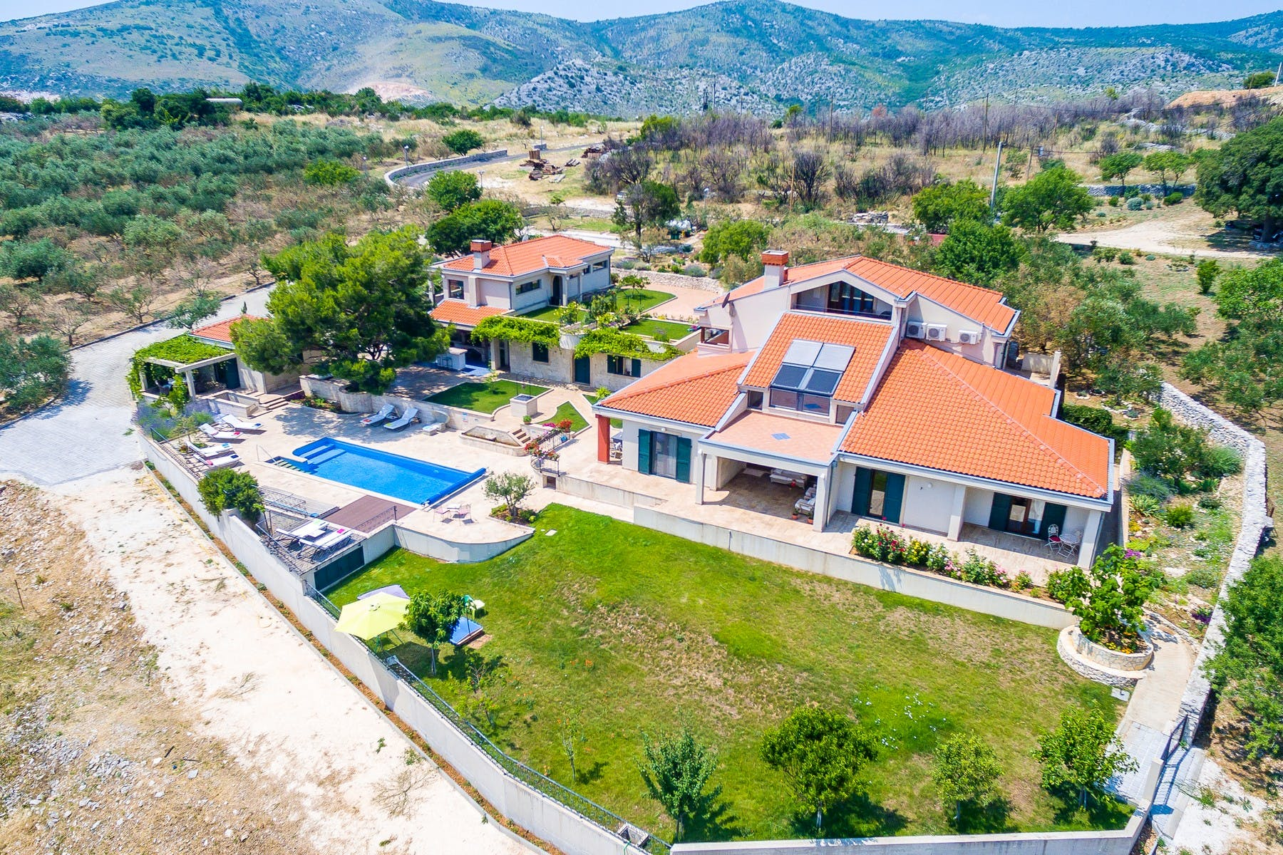 Luxury estate with swimming pool on large plot near Trogir