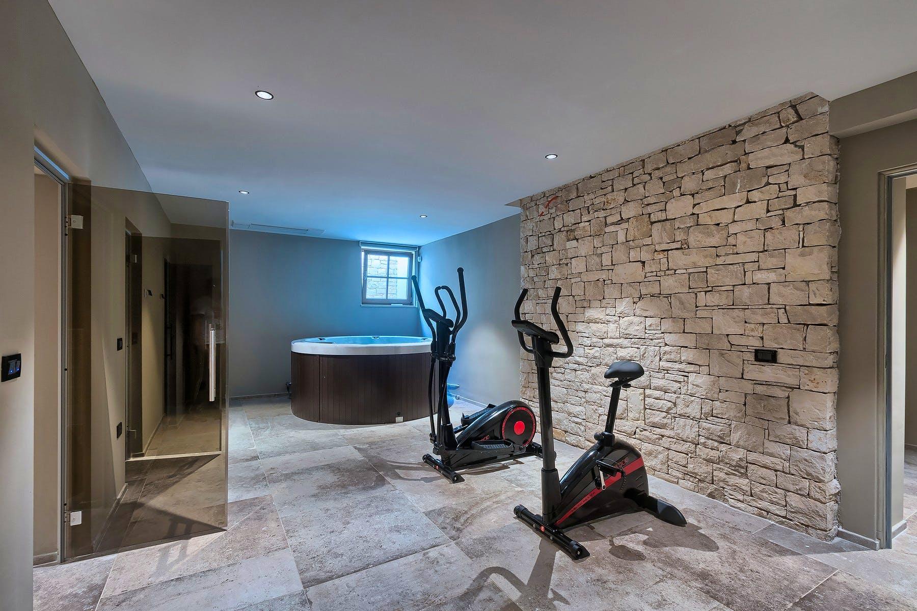 Spa zona s hidromasažnom kadom, spravama za vježbanje i dvije saune