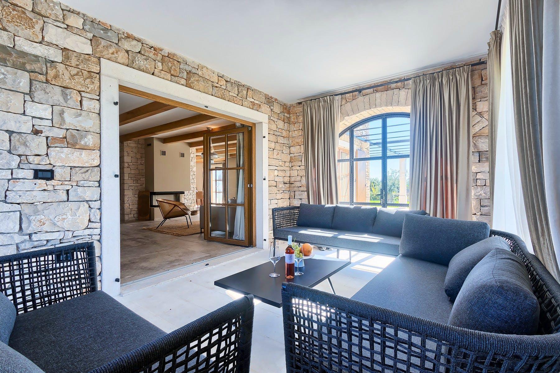 Zimska veranda s lounge foteljama za relaksaciju