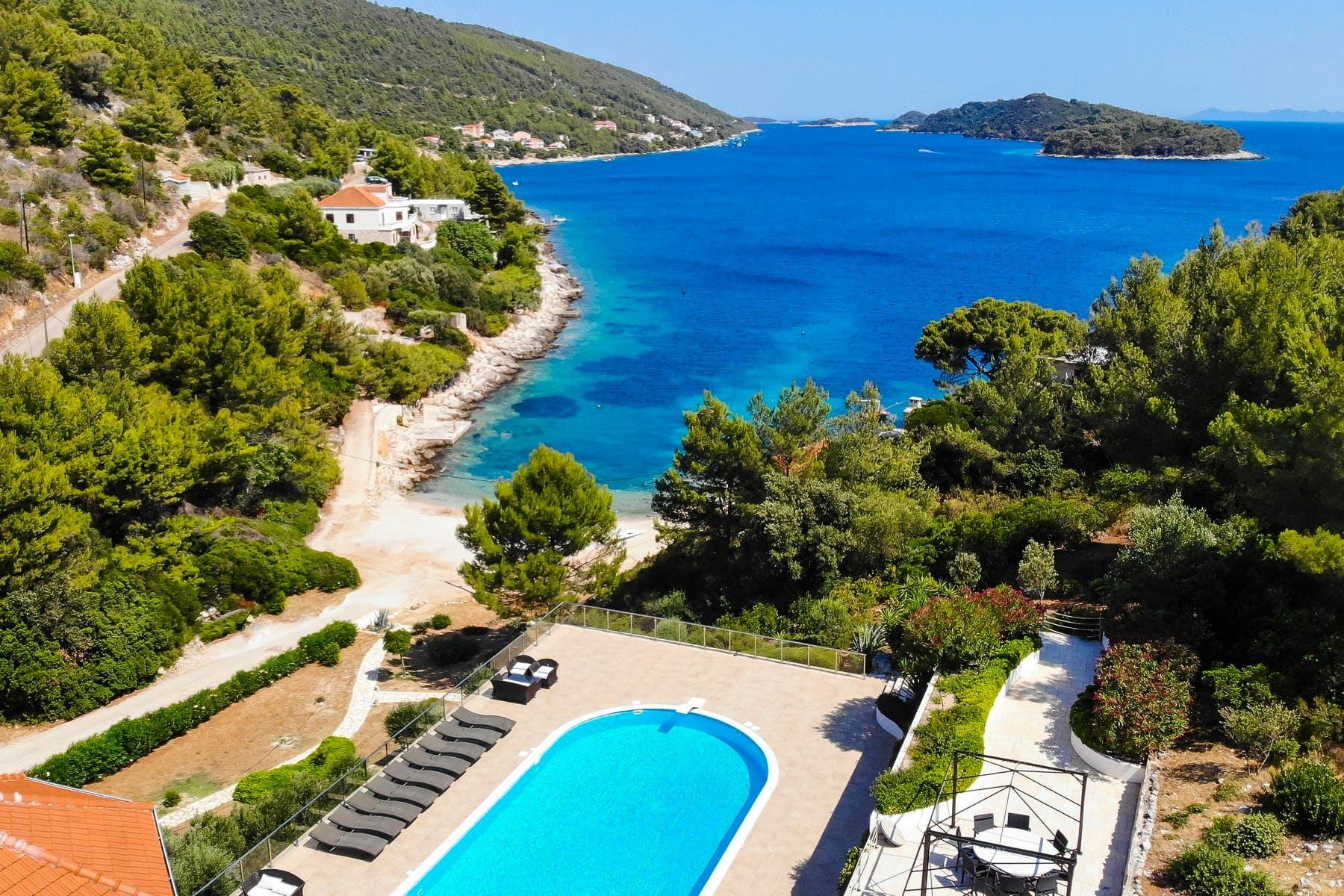 Panoramski pogled na more i bazen