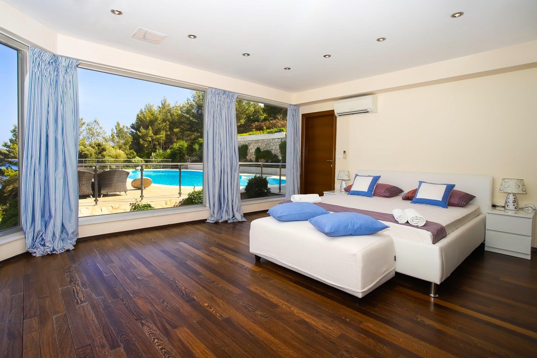 Spavaća soba s pogledom na bazen