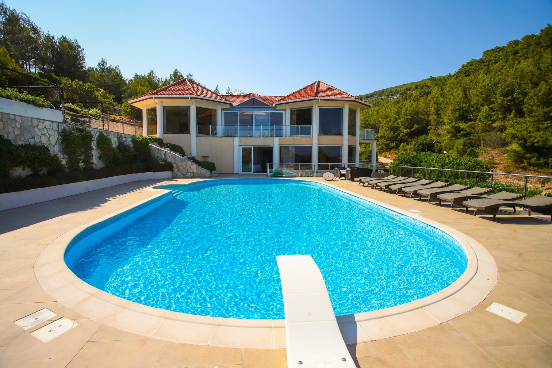 Luksuzna vila s velikim bazenom