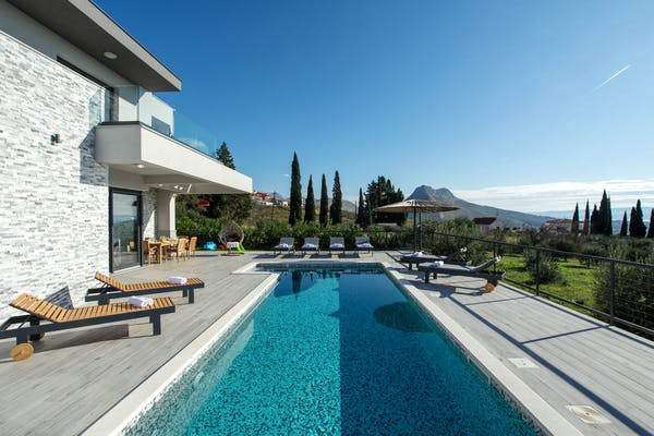 Modern villa in a quiet environment close to Split for sale