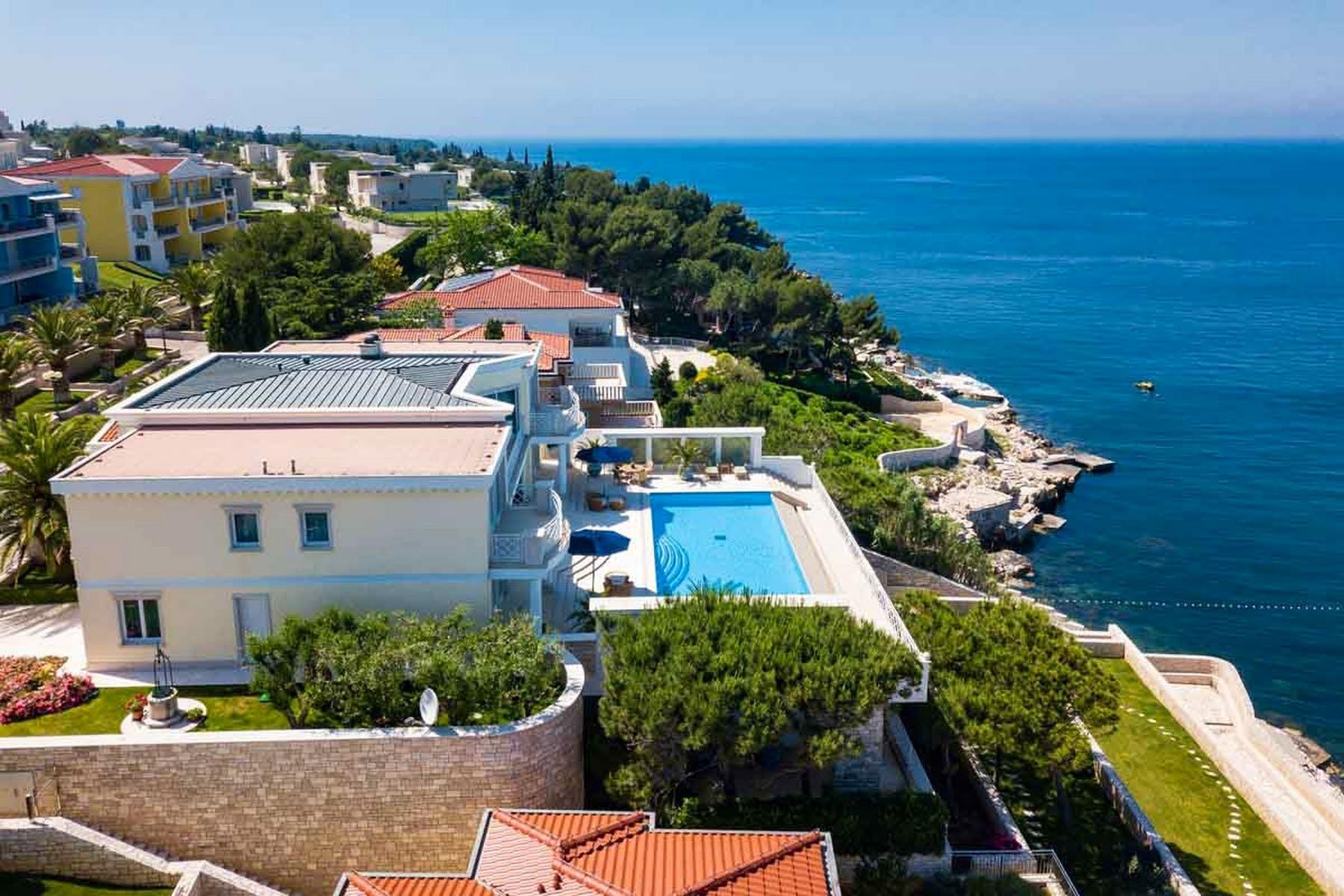 Vila uz more s prostranim bazenom i sunčalištem