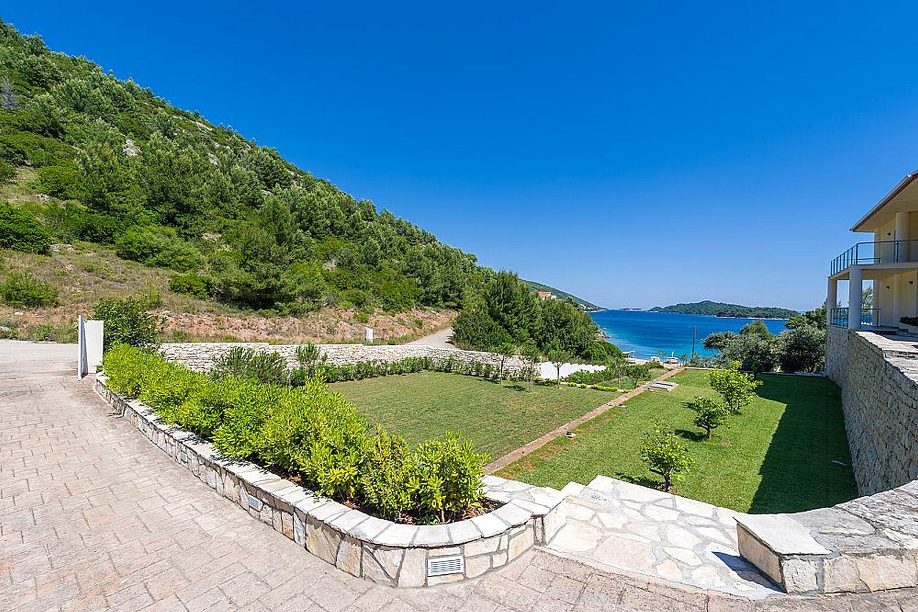 Seafront villa with private access to the beach