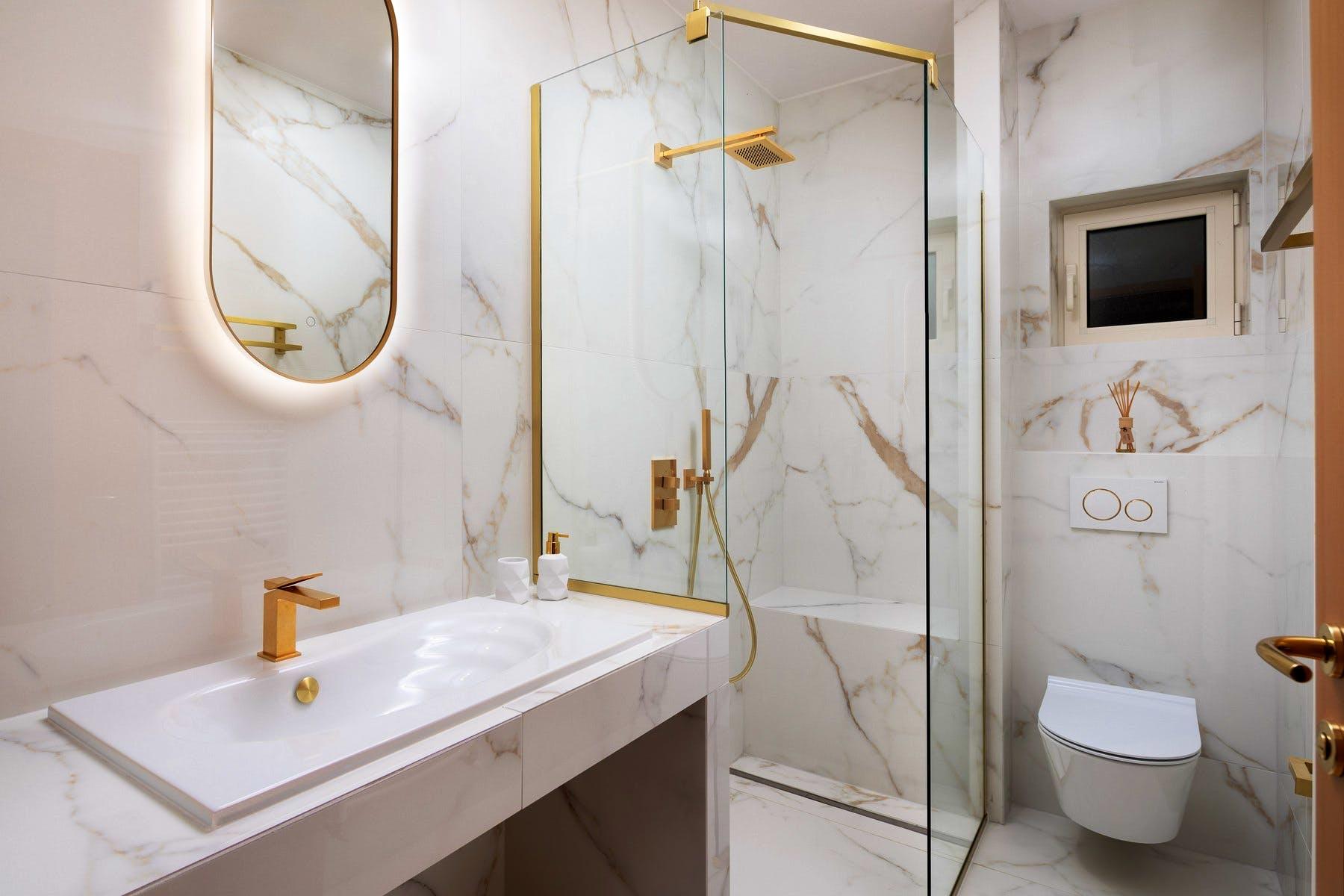 Modern bathroom wit walk in shower