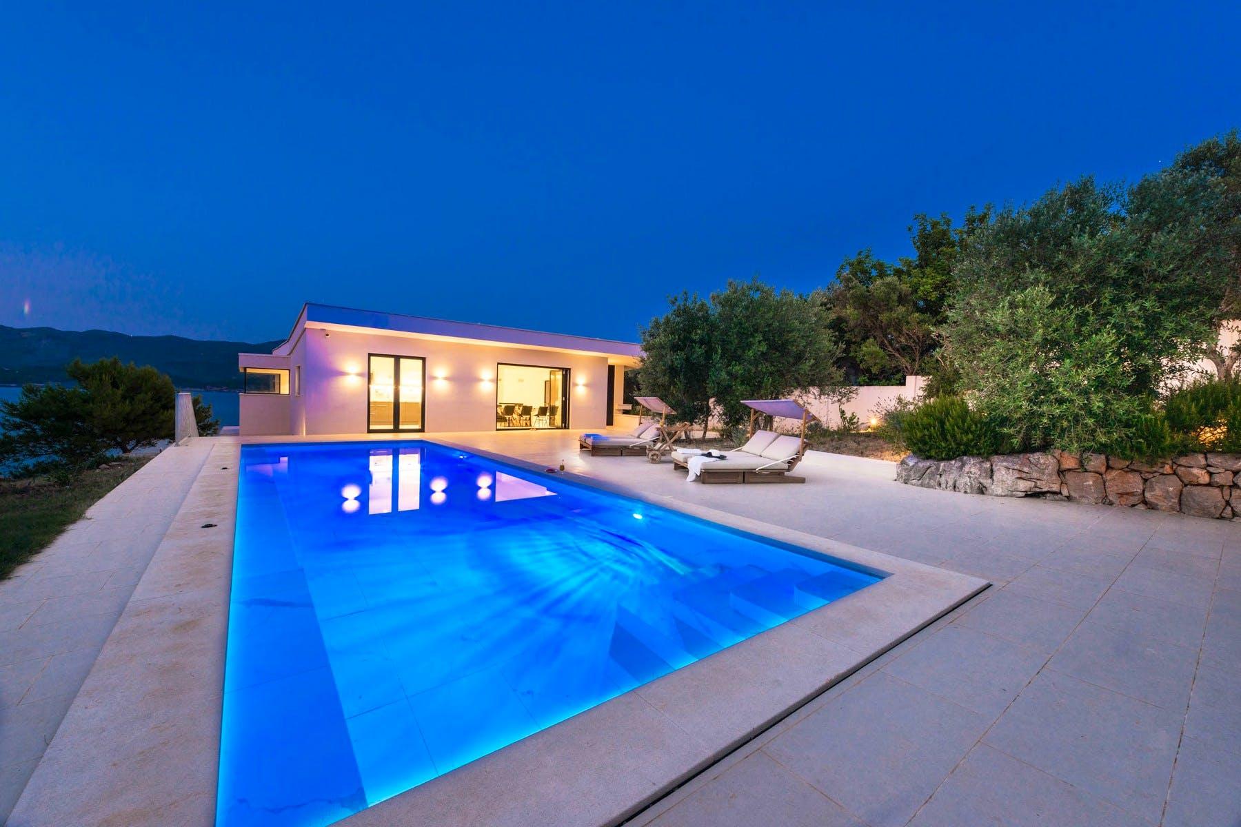 Noćni ambijent luksuzne vile u blizini Dubrovnika