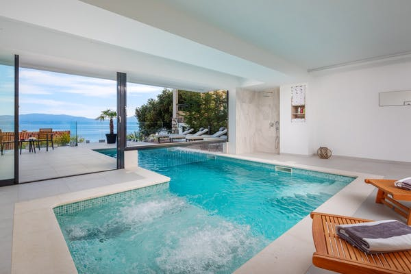 Heated swimming pool with hydromassage function
