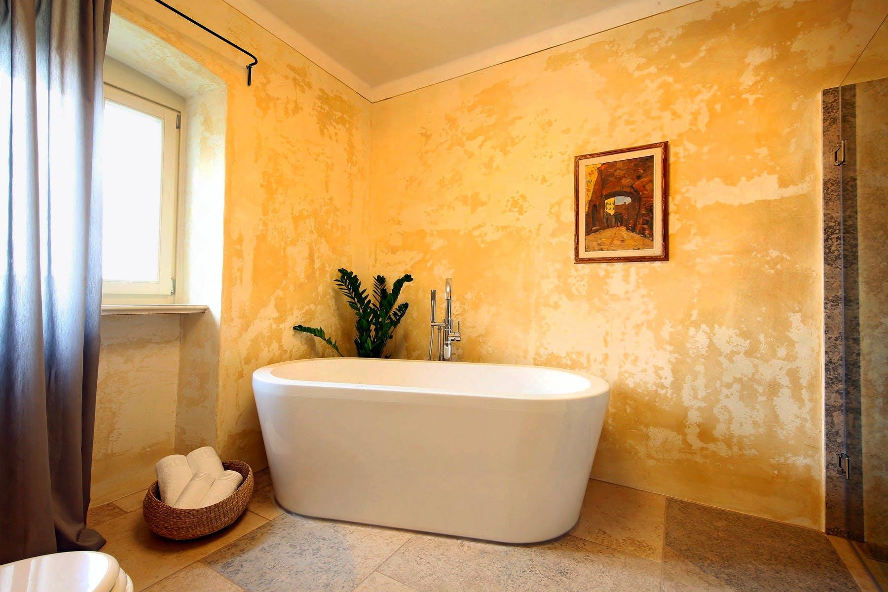 Bathroom design with luxurious bathtub