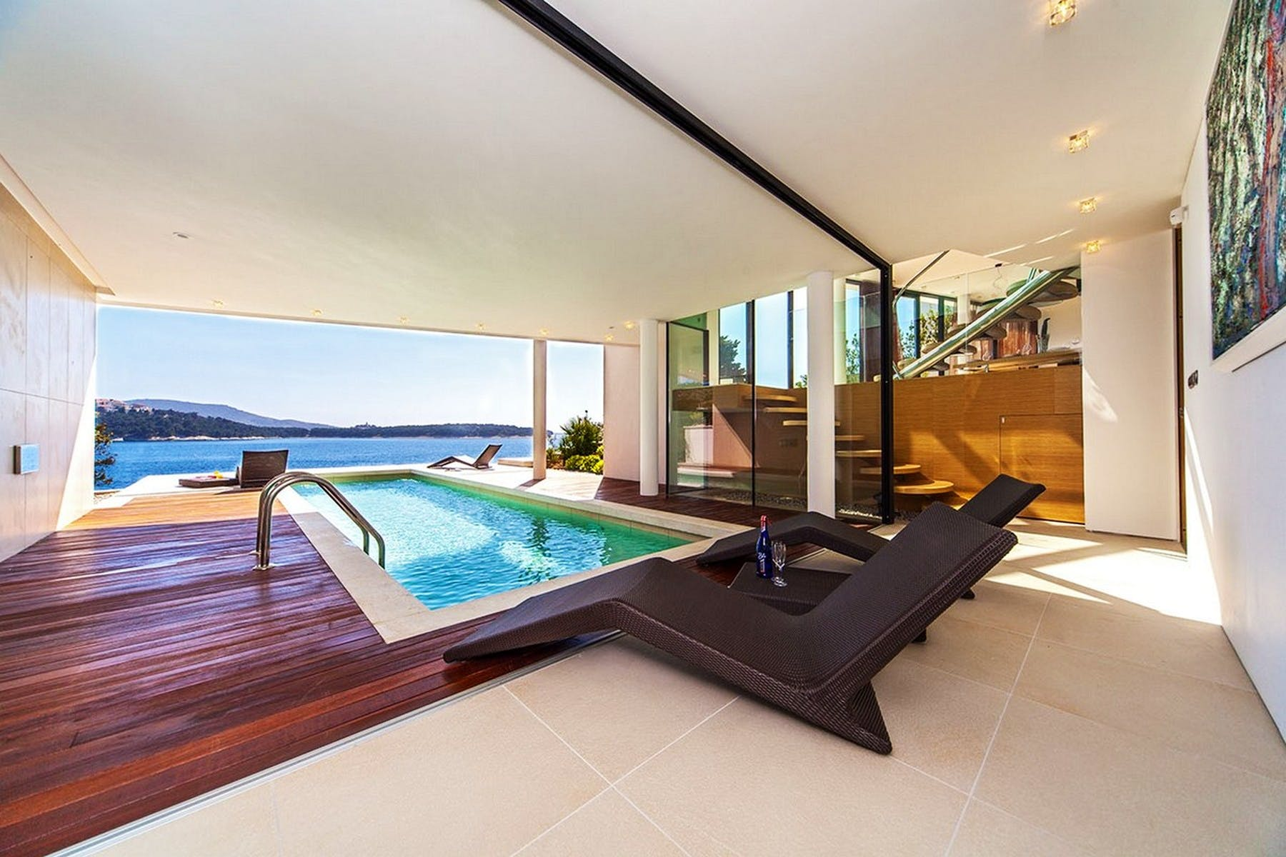 Indoor/outdoor pool with sea view