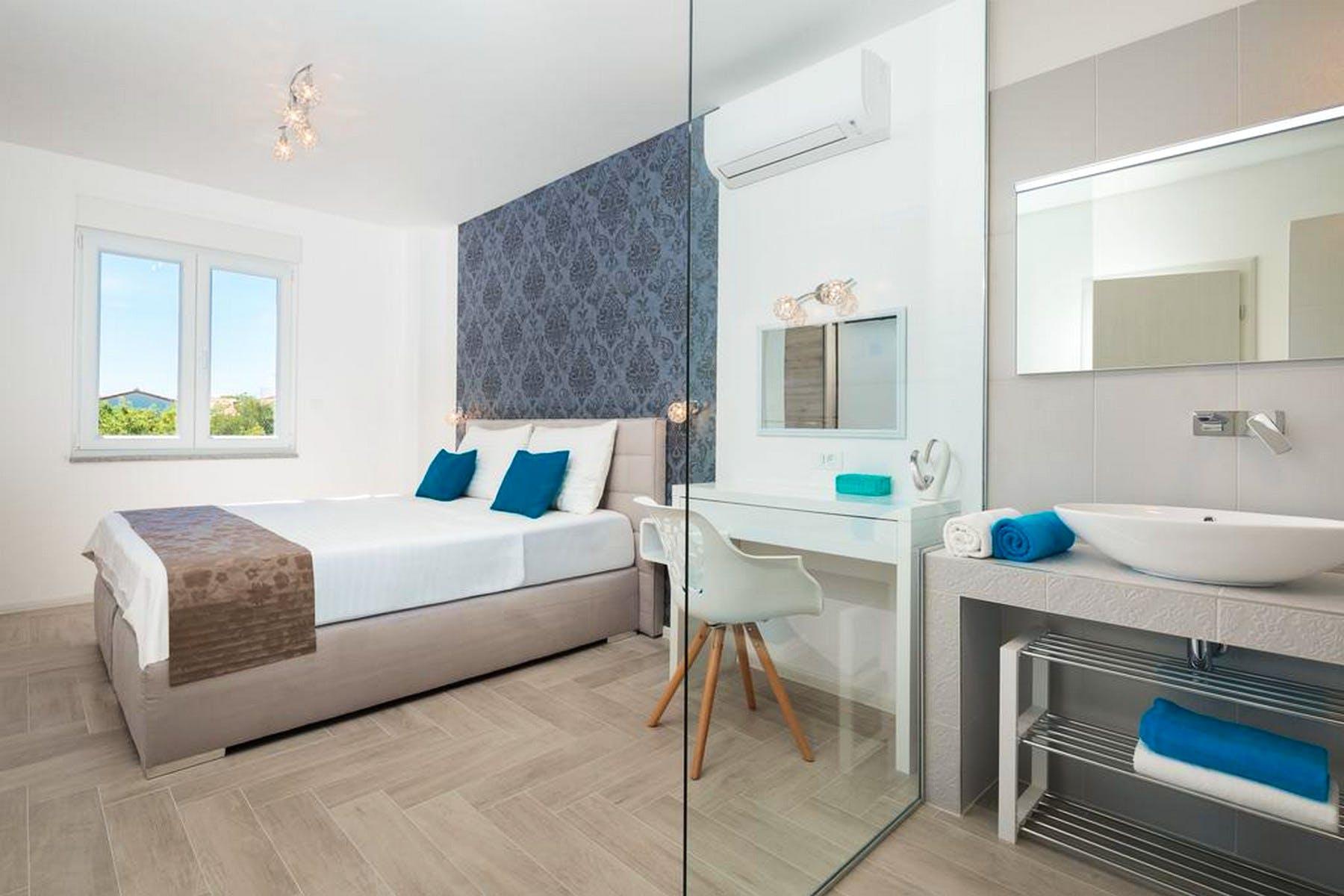 Modern ensuite bedroom