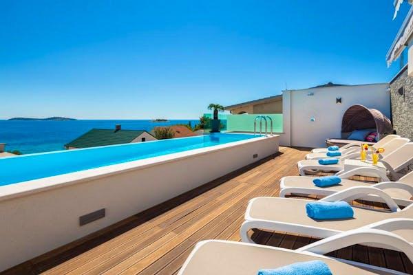 Prostrana terasa s bazenom, sunčalištem i zadivljujućim pogledom na more