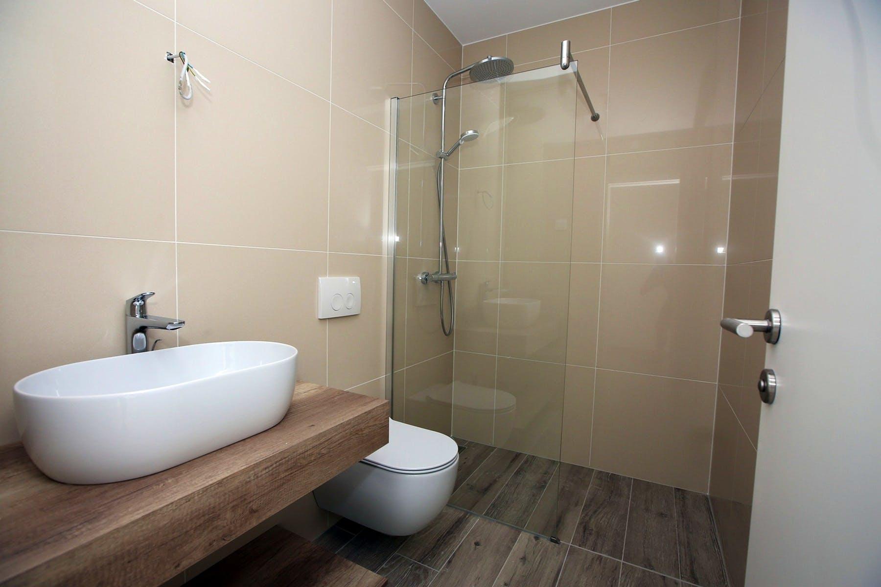 Moderna kupaonica s tuš kabinom