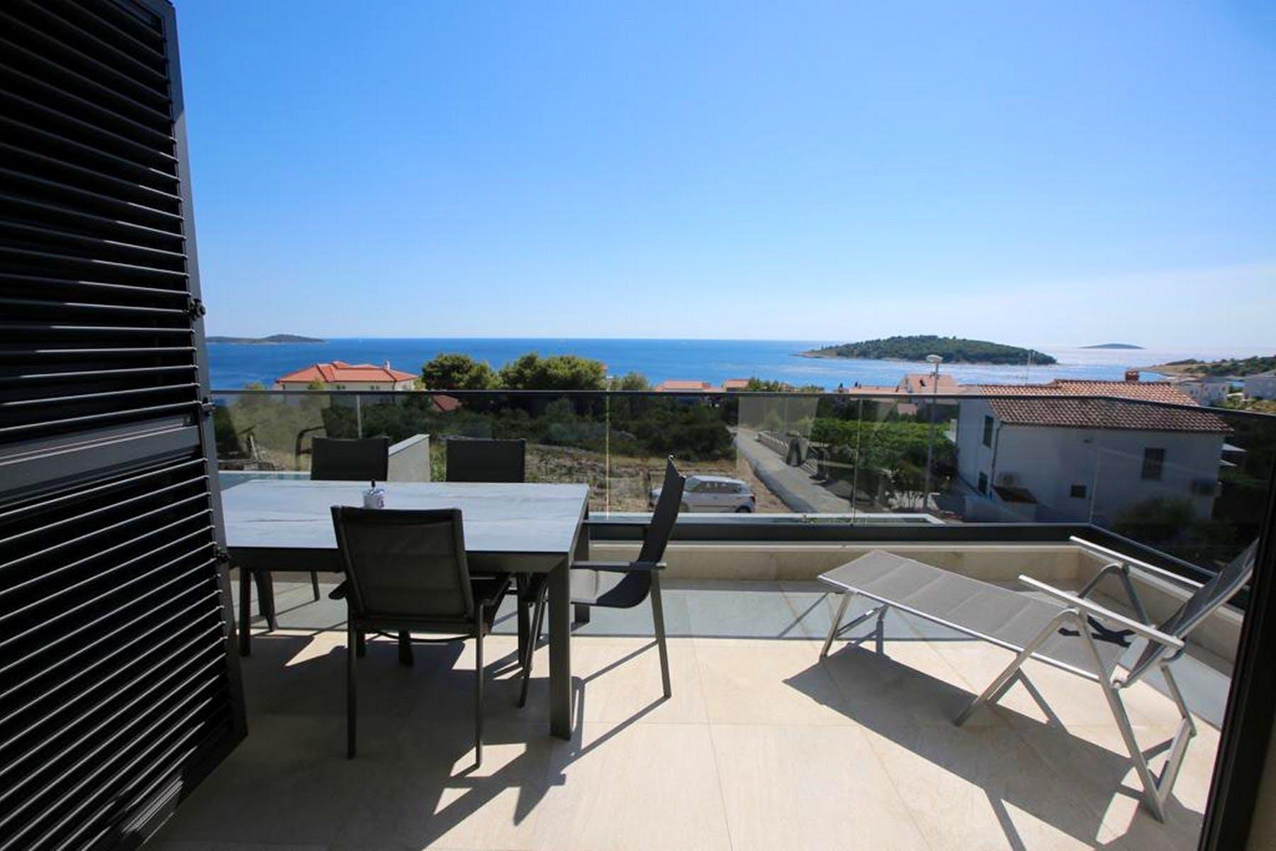Otvoreni pogled na more s balkona