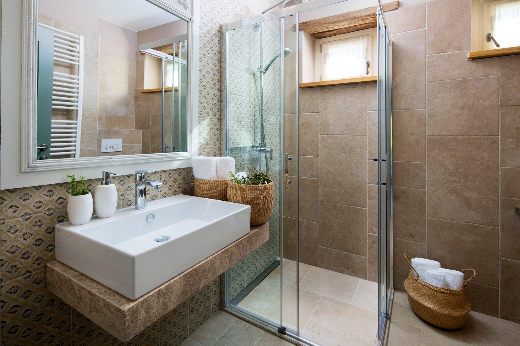 Moderna kupaonica sa tušem