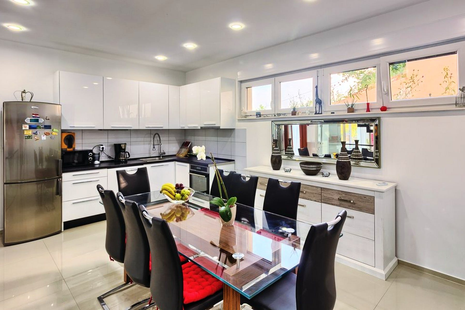 Modern and equipped kitchen with dining area