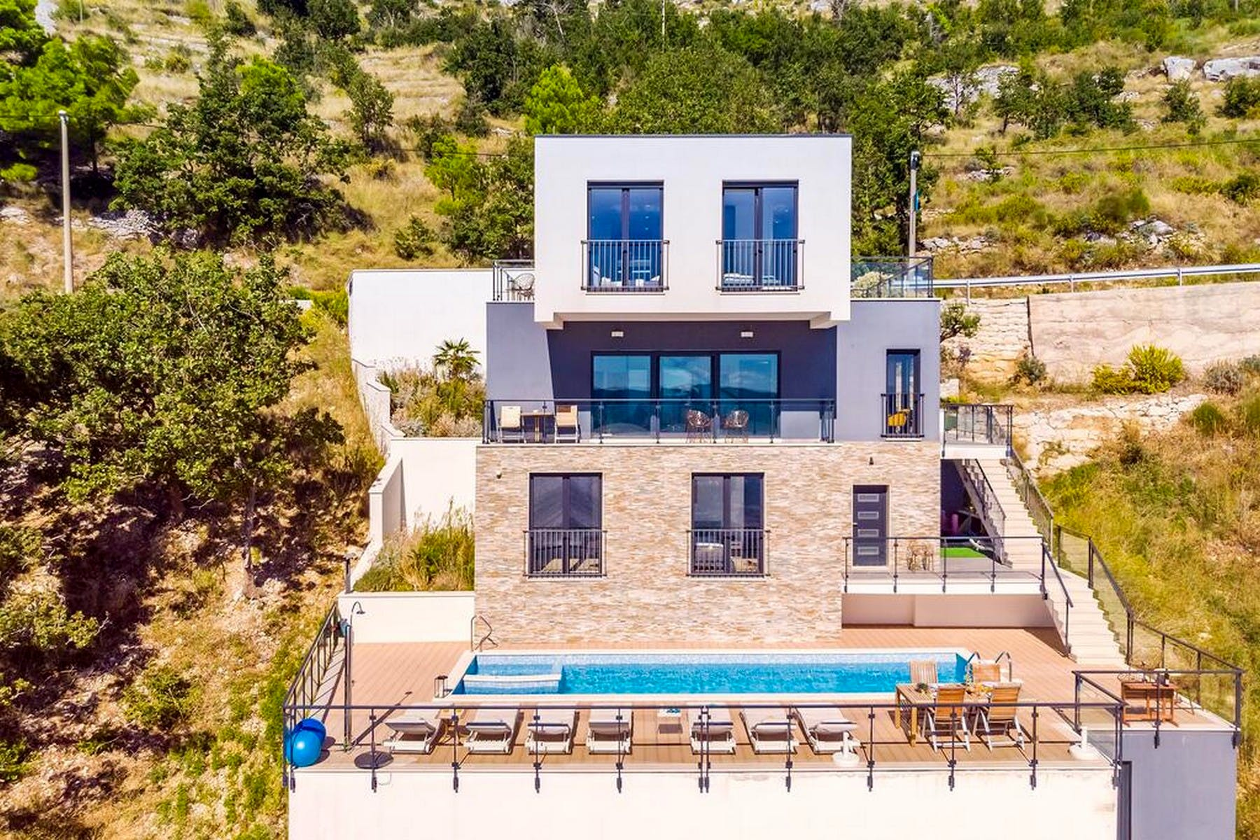 Modern villa in a quiet environment near Omis for sale