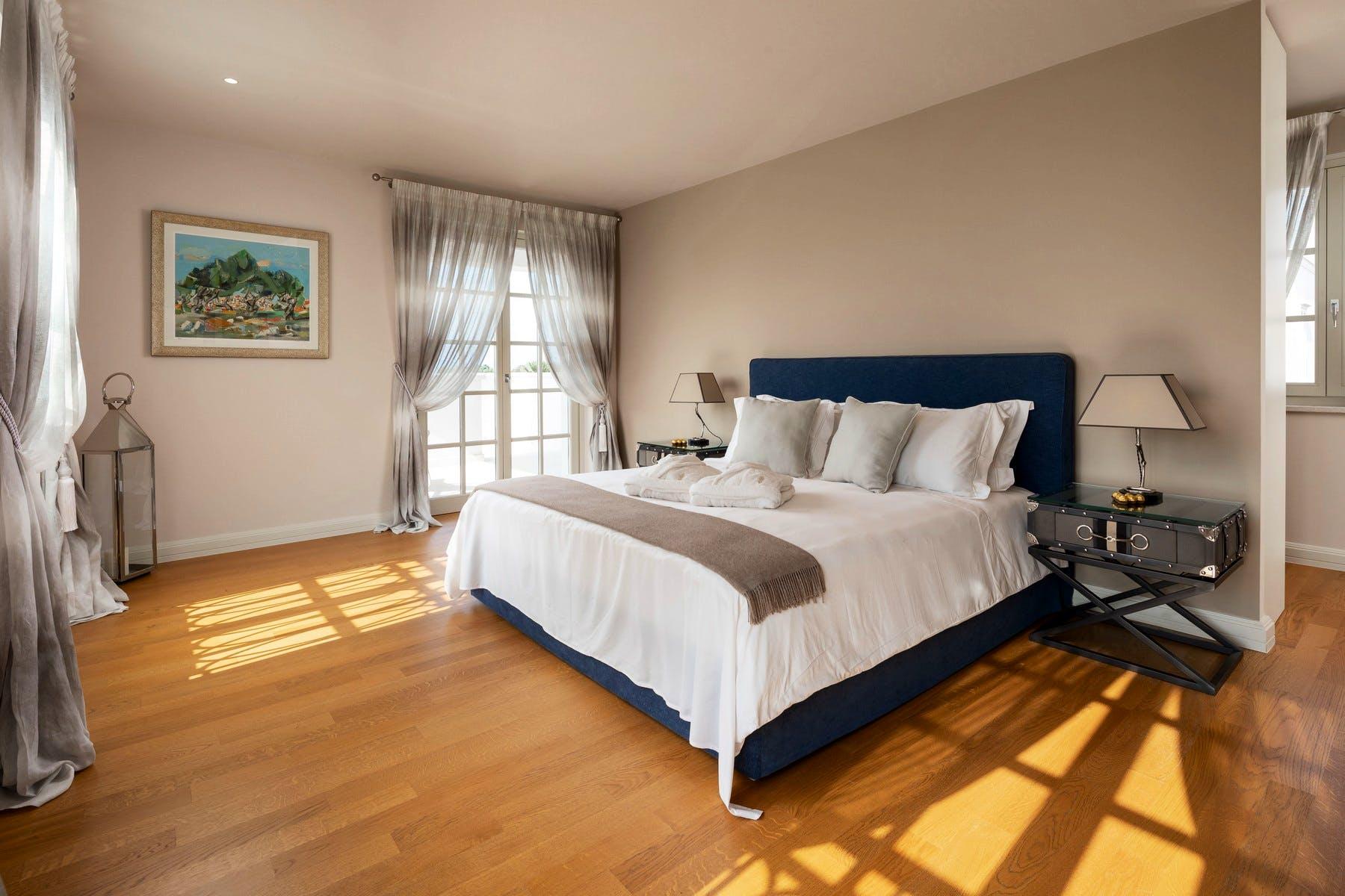 Double bedroom with adjoining bathroom