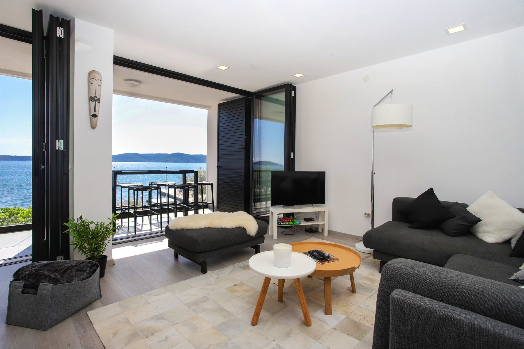 Living area with access to the balcony with sea view