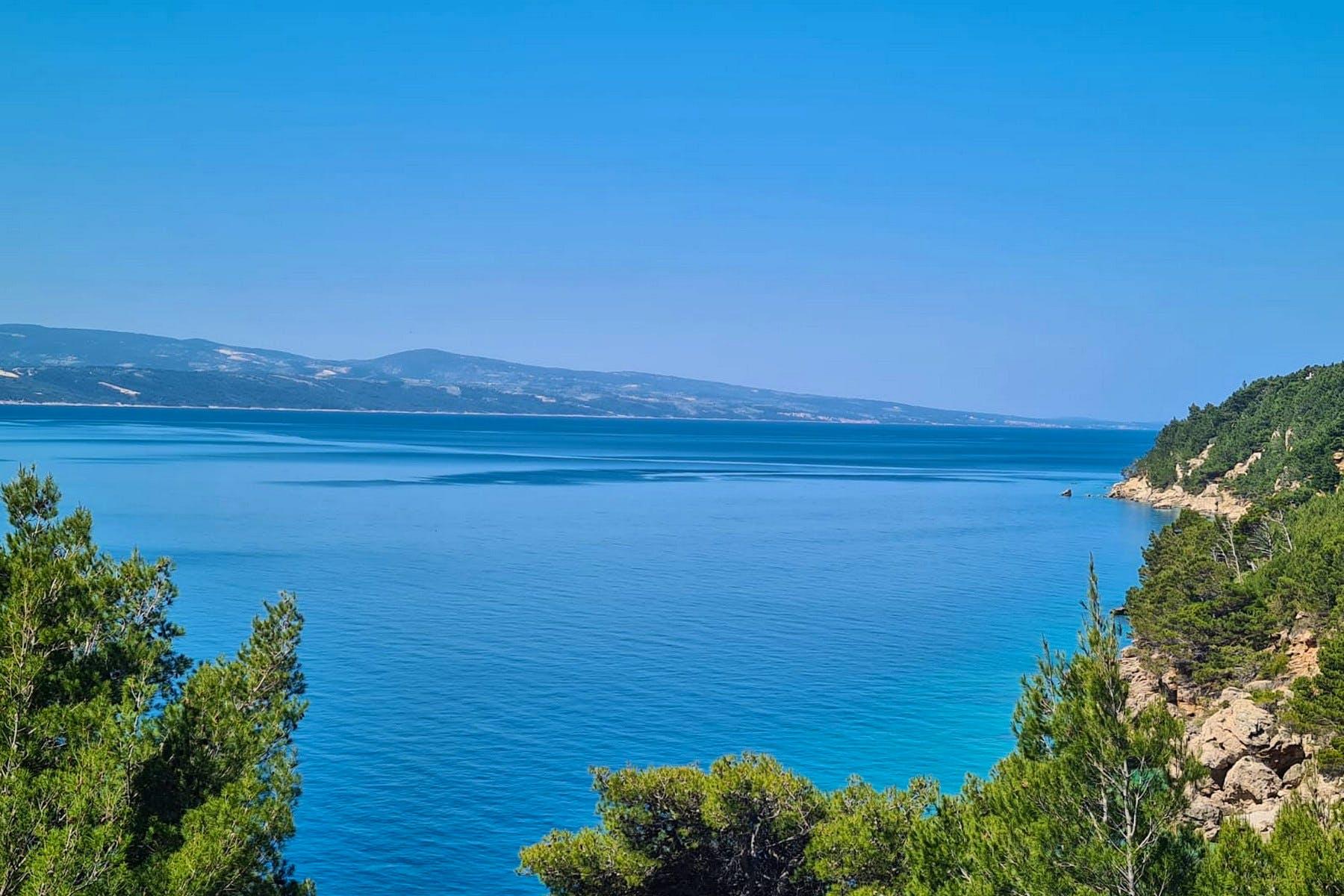 Otvoreni pogled na more s parcele u blizini Omiša