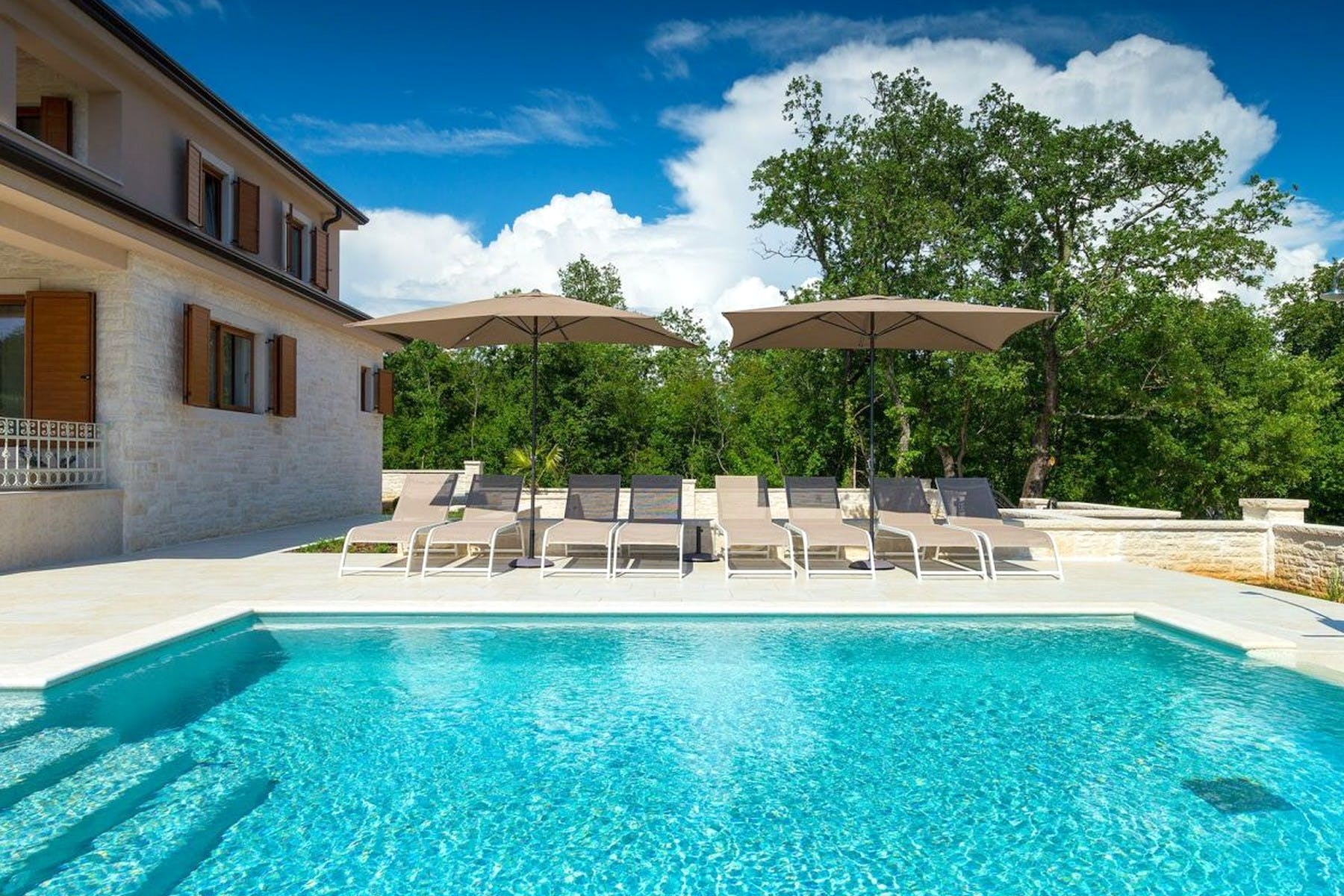 Spacious swimming pool with sundeck