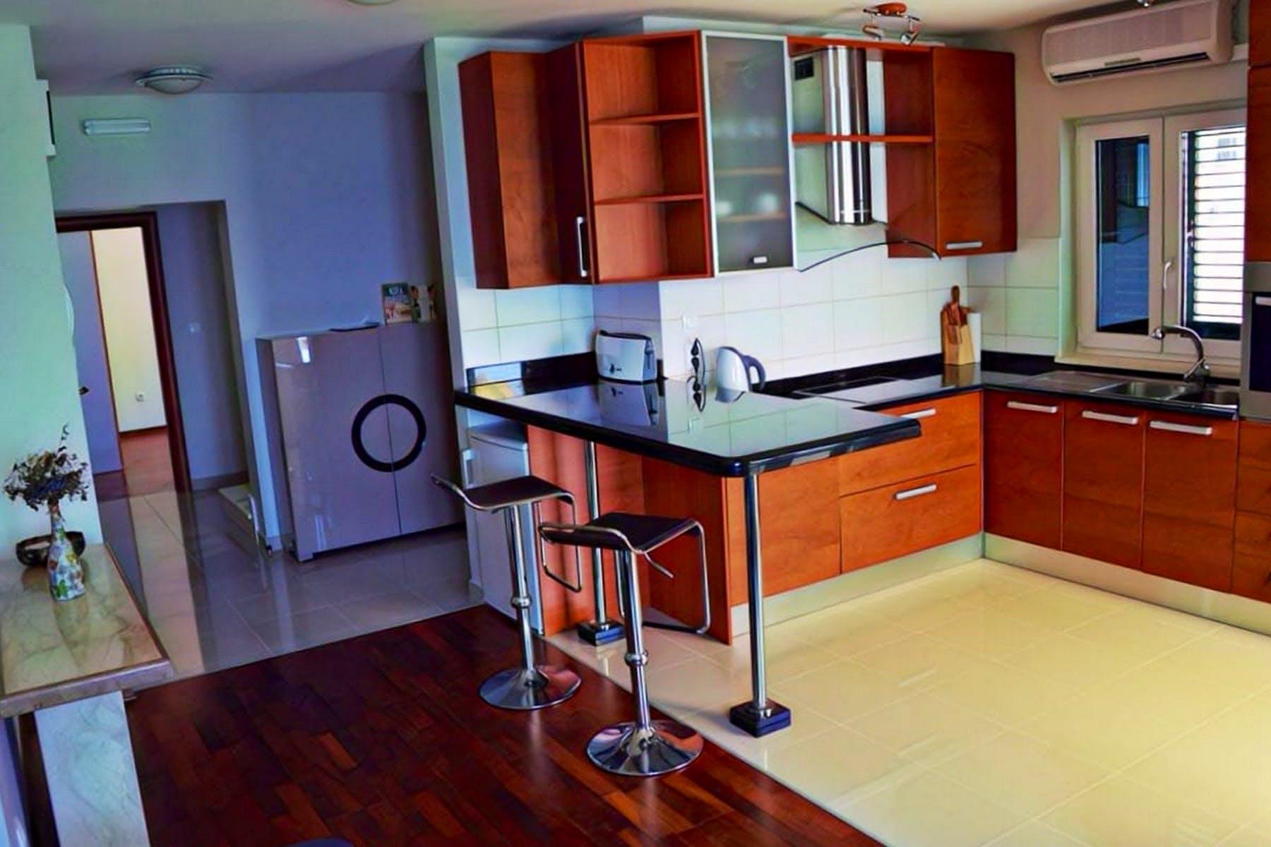 Prostrana potpuno opremljena kuhinja