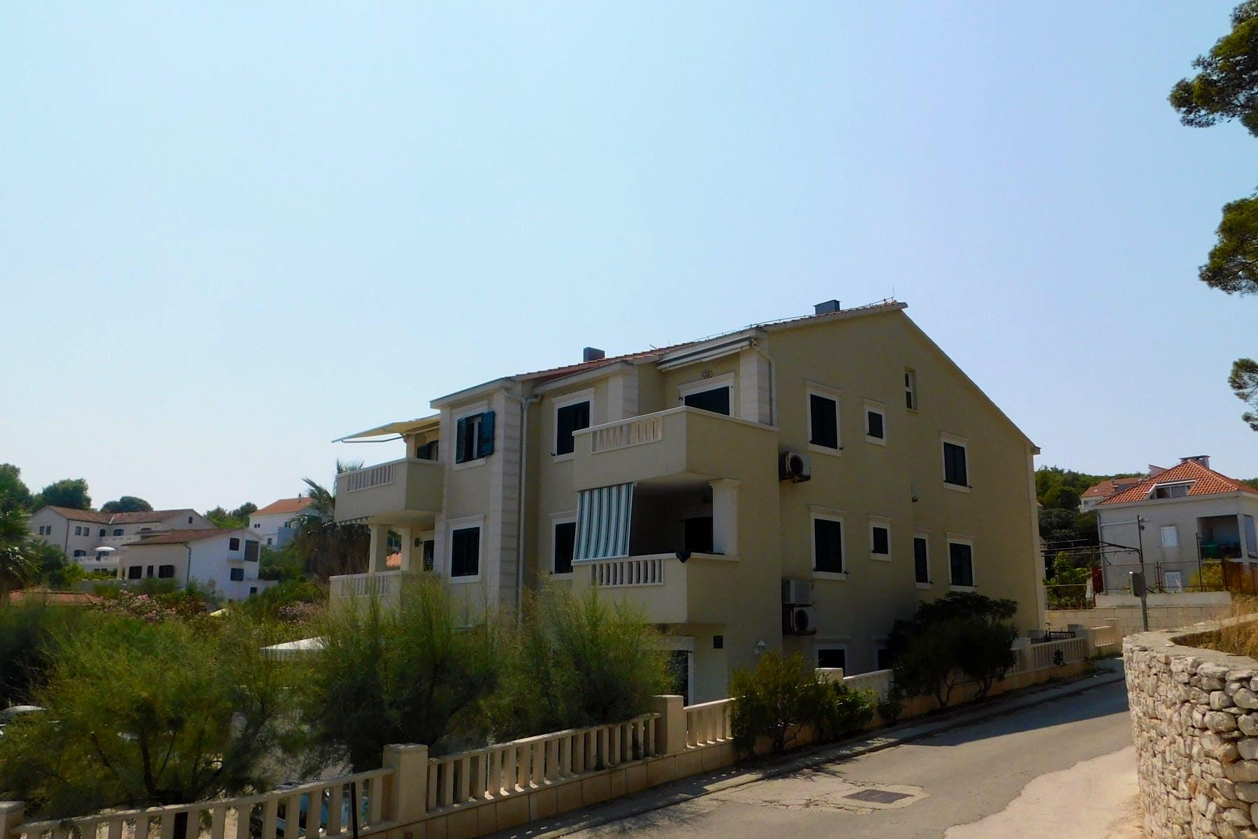Dvoetažni stan u apartmanskoj kući uz more u Sutivanu