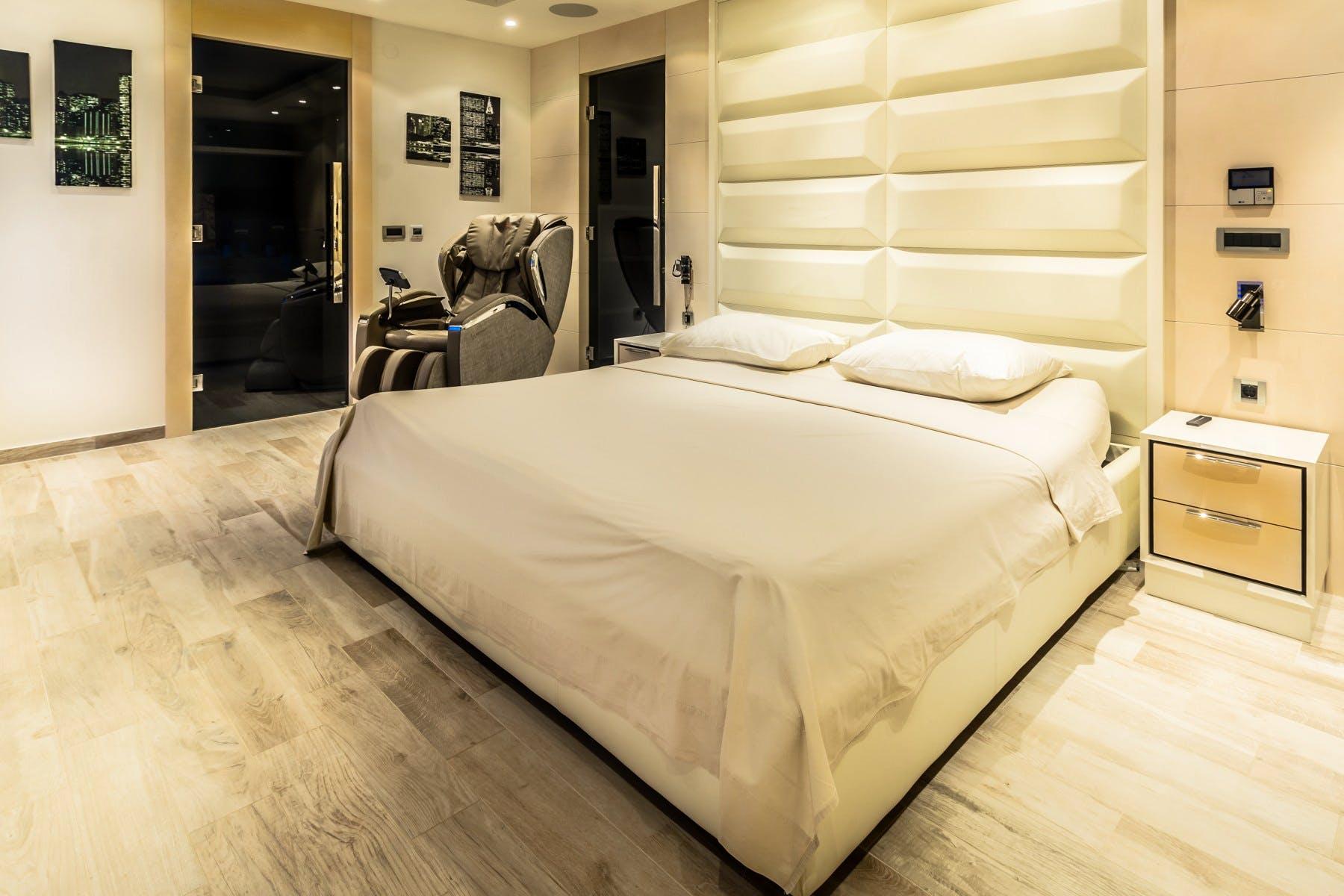 Modern en-suite bedroom