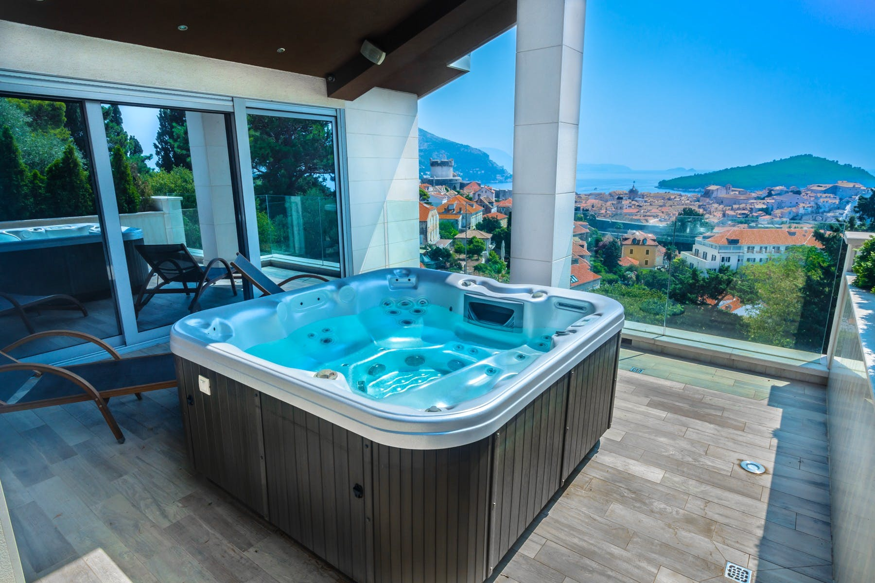 Stunning view of Dubrovnik Old Town from the roof terrace with jacuzzi