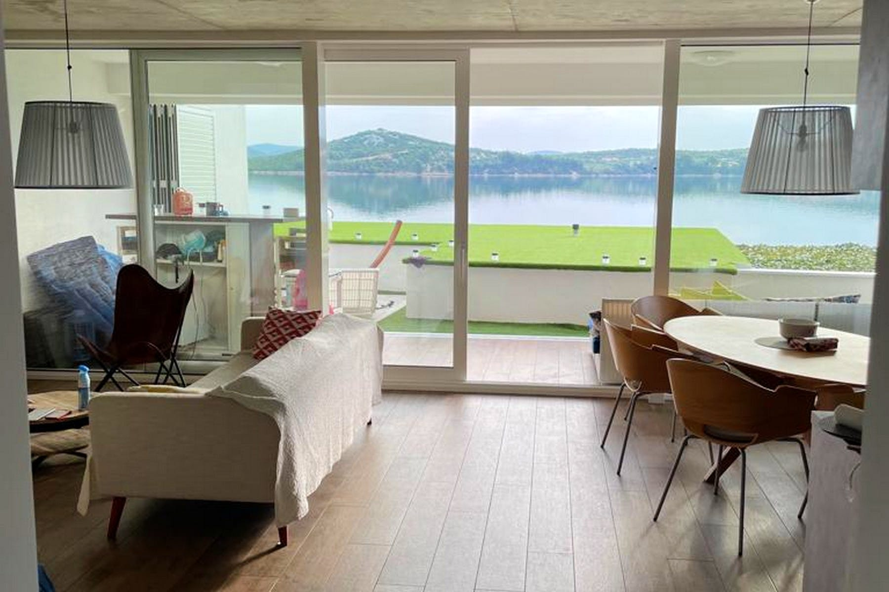 Dnevni prostor otvorenog tlocrta s izlazom na terasu sa spektakularnim pogledom na more