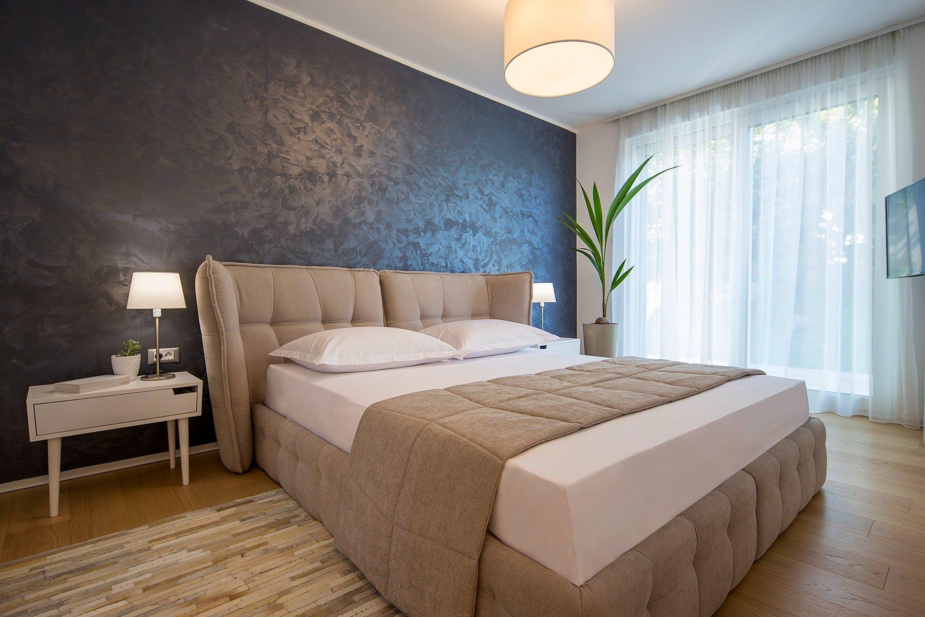 Contemporary en-suite bedroom